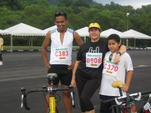 Duathlon : for all ages, sizes and shape ! The lady in the middle is Mrs Nurina. She's a nurse, wife, mother of four,and on top of that does duathlon and triathlons ! Don't know what triathlon is?! Google it dear !