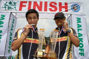 Top University Duathlete Award recipients : Ong Wei Xiang(UTM) and Nor Juliana Ali (IIUM)