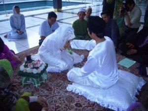 Syahdu nyer tengok kawan aku sorang nie. :) and  very haappy for both of them; Faisal and Fong . err..Puan Nurul Ain !