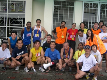 With fellow Kuantan Pacesetters friends after the run !