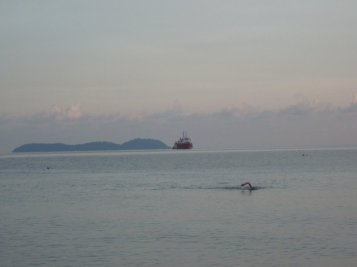 I MISS SWIMMING IN THE OCEAN.... This one is a photo of me swimming in Tioman couple of years back when I took part in Tioman Eco Challenge. The following morning went for some dippin' in the ocean. Water was oh so clear. But i freaked out at the sight of a medium-big sized blue fish !! LOL !
