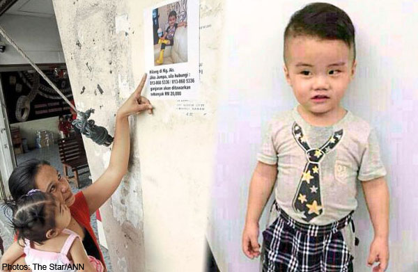 A mother and her child looking at a poster of the missing Low Min You. Foto from news.asiaone.com