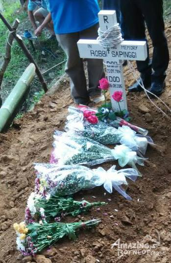 Burial of the late Robbi Sapinggi, a Kadazan-Dusun Malim Guning from Kg Kiau, Ranau, Sabah. He leaves behind a wife a a 6 month old son. Details for contribution and other info is available in 'Amazing Borneo' Facebook. Photo credit : Sharif Abdullah (Singapore Blade Runner) and Amazing Borneo