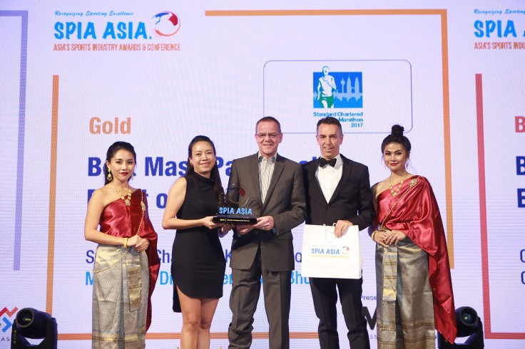 L-R Gloria Ng and Rainer Biemans, Directors of Dirigo Events with the Gold Award for Best Mass Participation Event, with Christopher Robb, CEO, Mass Participation Asia